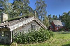 有一个教会的一个老木房子从17世纪90年代在背景中在HDR 免版税库存图片