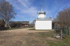 有一个教堂的村庄街道在春天 库存照片