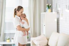 有一个新出生的婴孩的妈妈 免版税库存照片