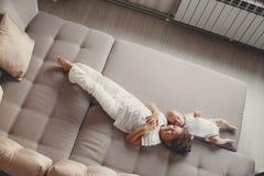 有一个新出生的小兄弟的小女孩 免版税库存照片