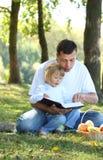有一个新女儿的父亲读了圣经本质上 免版税库存图片