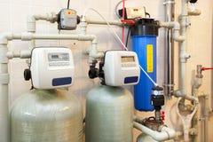 有一个新的现代固体燃料锅炉、加热的电温暖的供水系统和管子的一个国内家庭锅炉室 库存图片