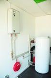 有一个新的现代燃气锅炉、加热的电温暖的供水系统和管子的一个国内家庭锅炉室 免版税库存照片