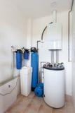 有一个新的现代燃气锅炉、加热的电温暖的供水系统和管子的一个国内家庭锅炉室 免版税图库摄影