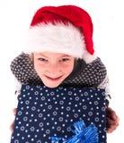 有一个新年箱子的青少年的女孩 免版税库存图片