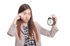 有一个时钟的困年轻亚裔妇女早晨 库存图片