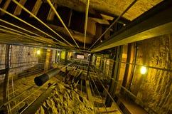 有一个时钟的重量的垂直的隧道在一座钟楼的在卢卡,托斯卡纳 库存图片