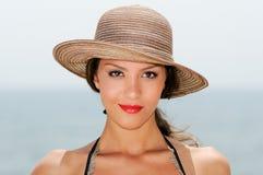 有一个星期日帽子的妇女在一个热带海滩 免版税图库摄影