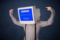 有一个显示器头和致命错误蓝色屏幕的人在二 免版税库存照片