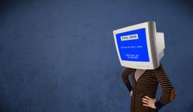 有一个显示器头和致命错误蓝色屏幕的人在二 库存图片