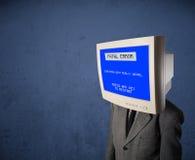 有一个显示器头和致命错误蓝色屏幕的人在二 库存照片