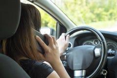 有一个智能手机的妇女在汽车 免版税库存图片