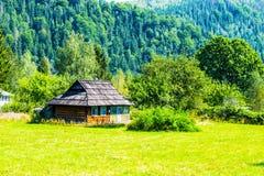 有一个木屋顶的老房子 库存照片