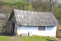 有一个木屋顶的老木棚子在一个晴朗的夏日 传统乌克兰建筑学 库存照片