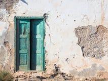 有一个木绿色门的老腐烂的房子 免版税图库摄影
