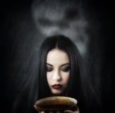 有一个杯子的巫婆魔药 库存图片