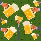 有一个杯子的手啤酒 免版税图库摄影
