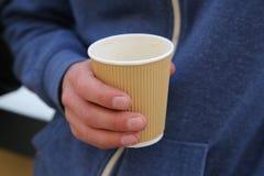 有一个杯子的手coffe 免版税库存照片