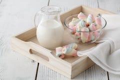 有一个杯子的木盘子牛奶和蛋白软糖 库存图片