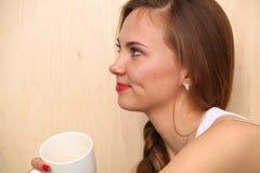 有一个杯子的美丽的女孩早晨咖啡 免版税图库摄影