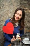 有一个标志的微笑的女孩以心脏的形式 免版税库存图片