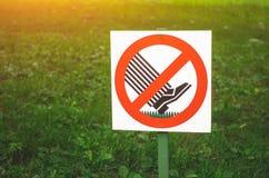 有一个标志的标志板材在草坪不是 库存图片