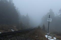 有一个标志的老铁路在一个有雾的冬日 国家公园哈茨山,德国 水平 免版税图库摄影