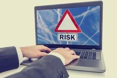 有一个标志的膝上型计算机屏幕与词-风险 免版税库存照片