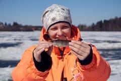 有一个栖息处的一个女孩在渔 免版税库存照片
