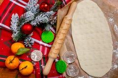 有一个样式的滚针在一张木装饰的桌上 圣诞树形状曲奇饼  背景能圣诞节使用的例证主题 烹调backgrou的饼干 免版税库存图片