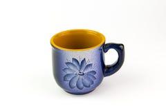 有一个样式的美丽的蓝色杯子在白色背景 免版税图库摄影