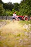 有一个桶的农夫夫人在果树园 免版税库存照片