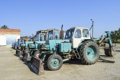 有一个桶的拖拉机开掘的土壤的 推土机和平地机 免版税库存图片