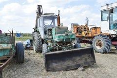 有一个桶的拖拉机开掘的土壤的 推土机和平地机 免版税图库摄影