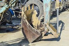 有一个桶的拖拉机开掘的土壤的 库存照片