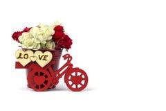 有一个桶的红色自行车花&白色,心脏 免版税库存照片