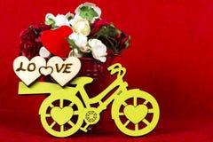 有一个桶的黄色自行车花&心脏,红色 免版税库存照片