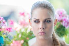 有一个梦想的表示的美丽的白肤金发的妇女 图库摄影