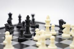 有一个棋子的棋枰在谈判在事务的后面 作为背景企业概念和战略概念与拷贝 库存图片