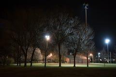 有一个棒球场的城市公园在晚上 免版税图库摄影