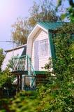 有一个楼梯的一栋小乡间别墅对顶楼 免版税库存照片