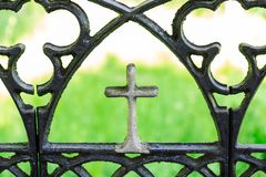 有一个正统十字架的伪造的铁篱芭 教会篱芭 夏天横向 免版税库存照片