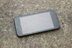 有一个残破的屏幕的巧妙的电话 图库摄影