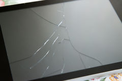 有一个残破的屏幕的片剂个人计算机 免版税库存图片