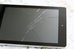 有一个残破的屏幕的片剂个人计算机 免版税库存照片