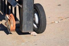 有一个残破的轮子的篱芭 免版税库存照片