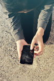 有一个残破的破裂的电话的妇女 库存图片