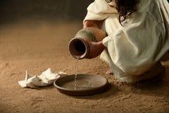 有一个水罐的耶稣水 图库摄影