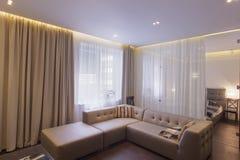 有一个沙发的Ð ¡ ozy绘图室在一个壮观的豪宅 免版税库存图片