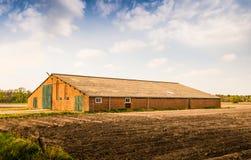 有一个波纹状的屋顶的老谷仓 免版税图库摄影
